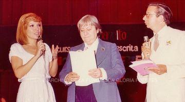 Me miro triste las manos. #GloriaFuertes100 en El Balcón de Gloria Fuertes