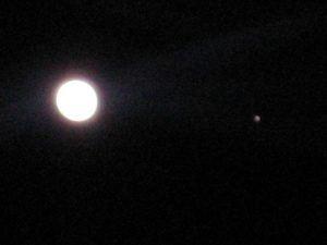 IMG 0164 300x225 Una gran bola de gas le hace compañía a la Luna