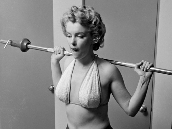 marilyn-monroe-philippe-halsman-lifting-weights-19521