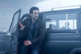 Kevin Copeland (Morgan Spector) entra en la niebla para llegar con su esposa e hija, atrapadas en el centro comercial