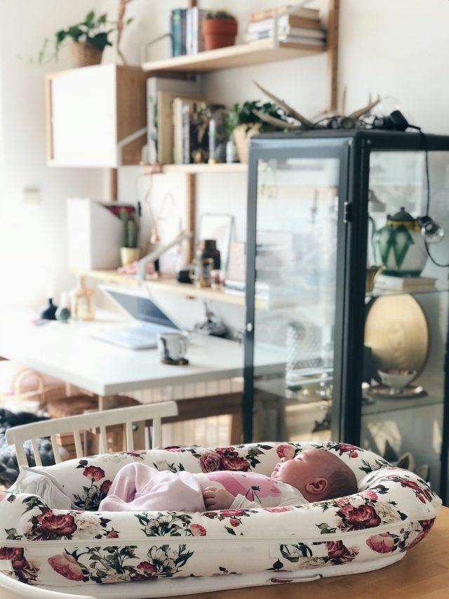 beba spava ispred radnog prostora