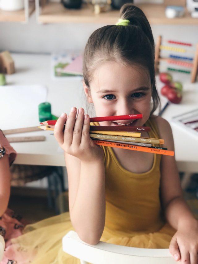 Amelie holding her pencils, Amelie pokazuje svoje drvene bojice
