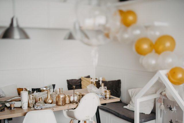stol sa zlatnim vazama