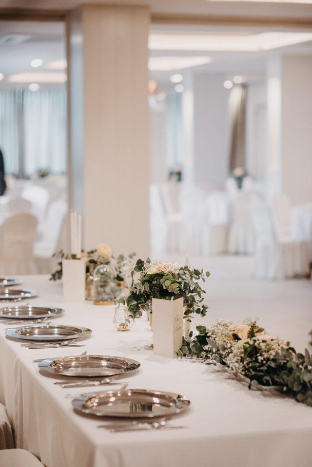 dekoracija eukaliptusom svadbenog stola za mladence