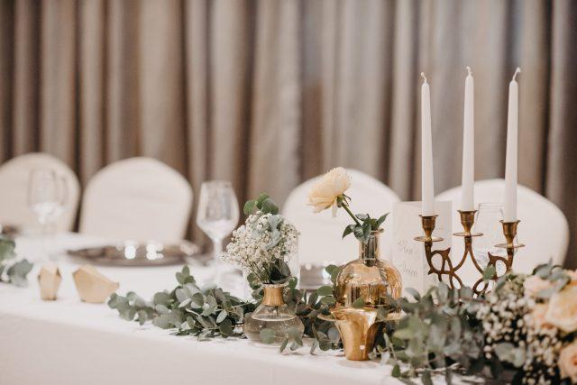stol za mladence dekoracija eukaliptusom zlatne vaze