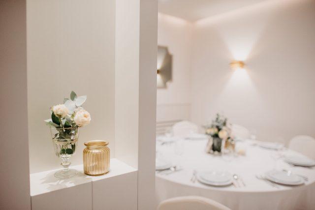 zlatna vaza bijele ruže