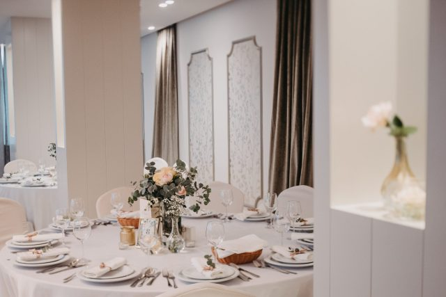 Dekoracija sale za vjenčanje eukaliptusom stol za goste