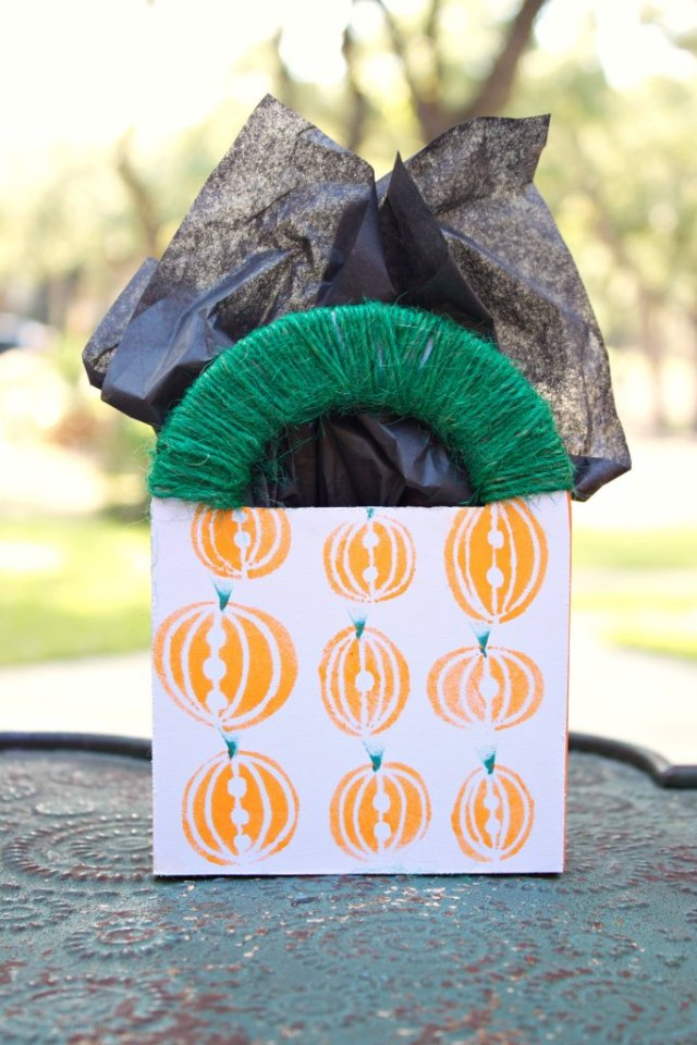 Turn unfinished wood gift bags into an adorable, fall themed pumpkins gift bag!