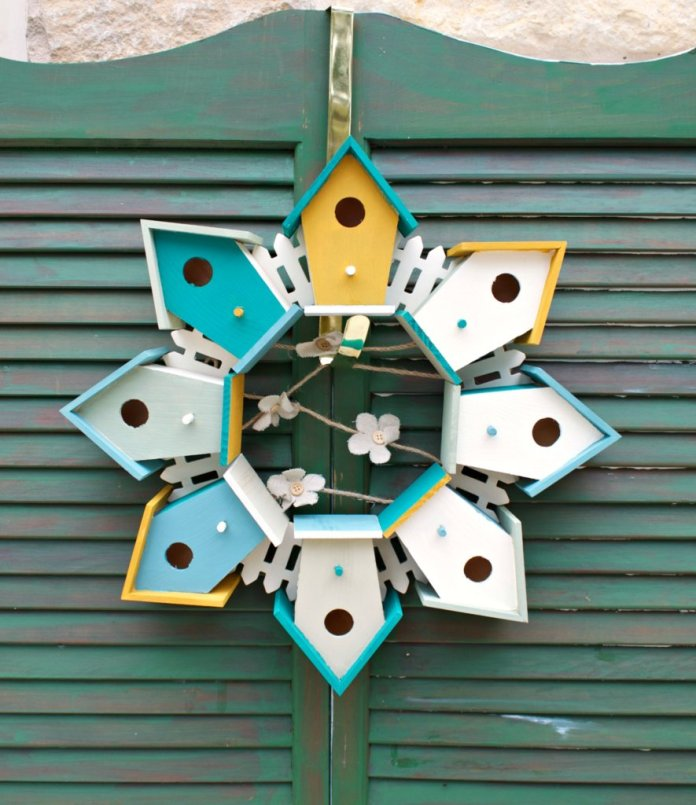 spring wreath made with birdhouses