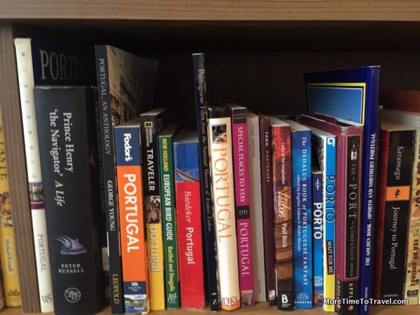 One shelf of the library in the lounge