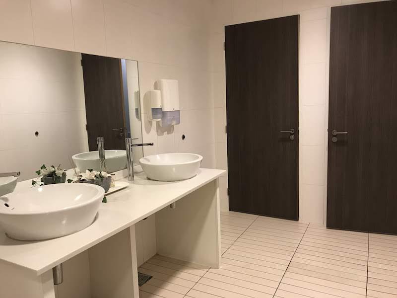 Women's restroom in Aspire Lounge 26