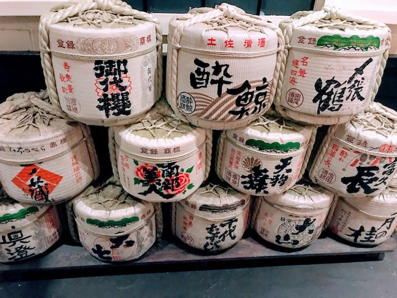 Sake or komodaru barrels, used to store rice wine. When used as decoration at shrines in Japan, they are called kazaridaru.