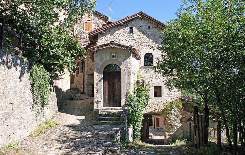 La Scola di Vimignano (Credit: Wikipedia, Carlo Pelagalli)