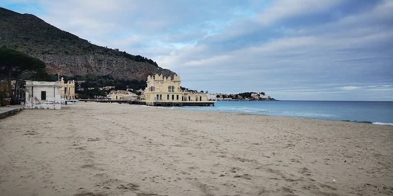 Mondello Beach before the crowds (Pixabay)