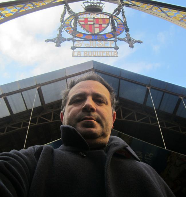 Antonio Gálvez en el mercado de la Boquería, uno de los escenarios de su novela El solitario