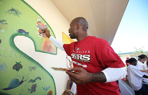 Full-time professional athlete, part-time Picasso, TE Vernon Davis, an avid painter, focuses in on his contribution to the Chevron STEMZONE mural.