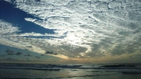 バイロンベイビーチの青空&雲
