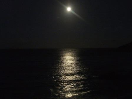オーストラリア・バイロン米・海に浮かぶ満月