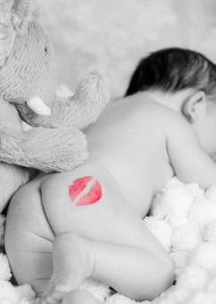 MorLove-Baby-Bump-Studio-Photographer-Bum-Kiss-Lipstick