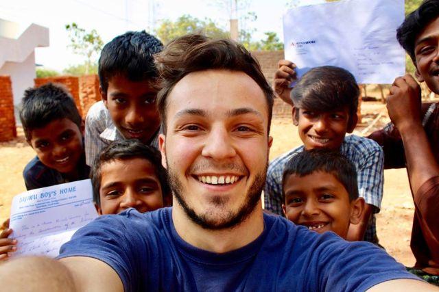 Nicolò Govoni, il volontario che gira il mondo e apre scuole per i profughi