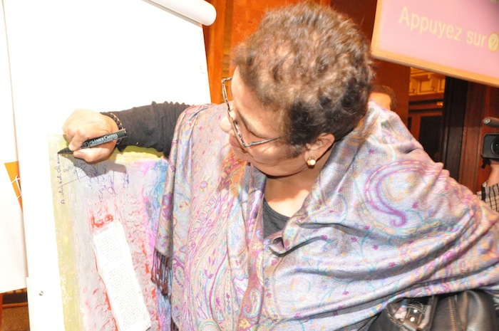 Moroccan activist and founder of the Women's Solidarity Association, Aicha Ech-Chenna signs the manifest of tolerance launched by Forum Anfa to combat racism. Photo Credit: Khalid Alaoui - Source AufaitMaroc.com