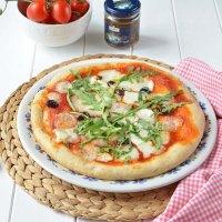 Pizza margherita con olive taggiasche a lunga lievitazione