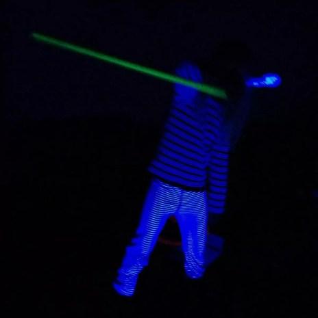 Nein, das ist kein Laserschwert sondern ein selbstgebauter und selbstbesprühter Levistick