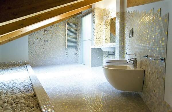 Bagno rivestito con il mosaico
