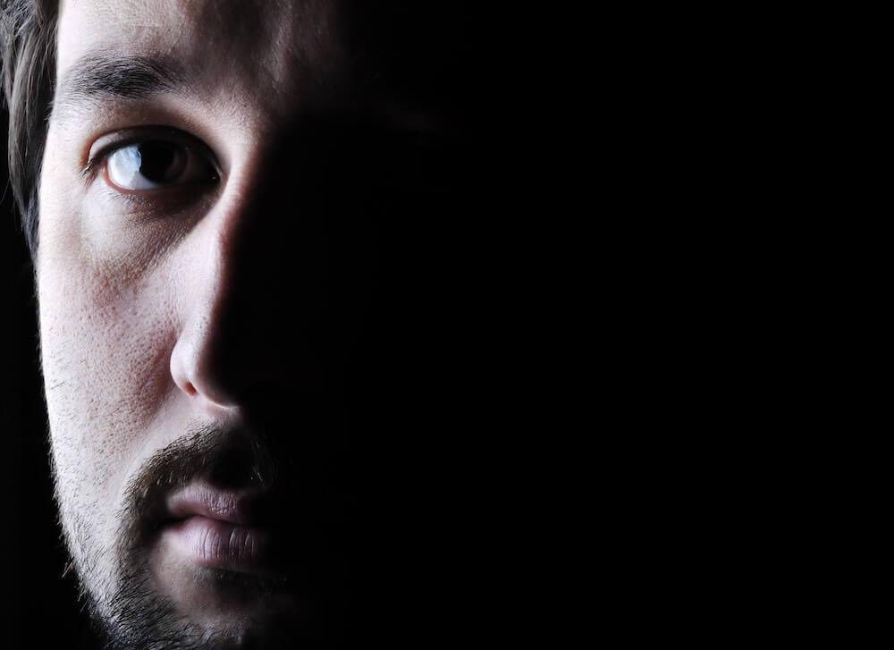 目の下のたるみがある男性はモテない?人相的に最悪?改善するには?