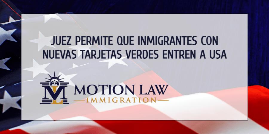 Juez federal levanta la restricción que prohíbe el ingreso de inmigrantes con nuevas tarjetas verdes