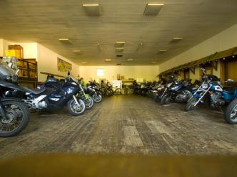 Veilig je motor parkeren bij het hotel. Moto Maestro Motortrainingen.