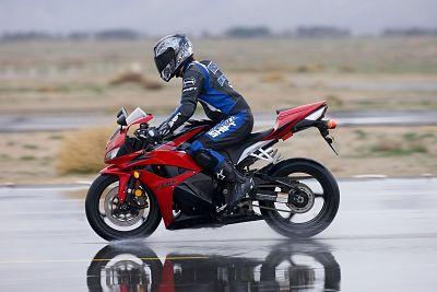 Remmen in de regen met ABS - Moto Maestro Motortrainingen
