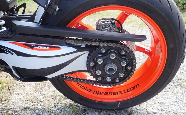 La roue arrière avec le sticker de jante