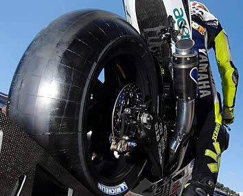 riparare la foratura della gomma di una moto. Quello che c'è da sapere