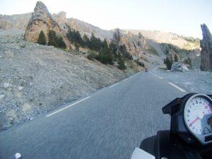 Motorradtacho und Strasse