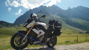 Motorrad vor Berg.