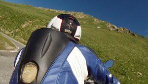 Rückenansicht Motorradfahrer auf dem Col du Galibier
