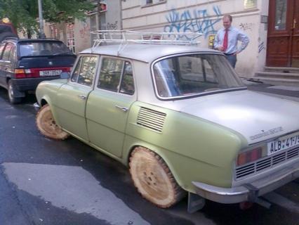 El Skoda con neumáticos de madera