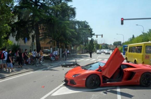 Lamborghini Aventador se estrella contra una moto en Italia