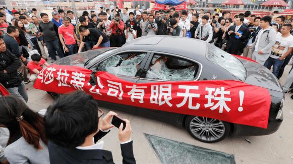 Destroza su Maserati Quattroporte en protesta por una supuesta estafa