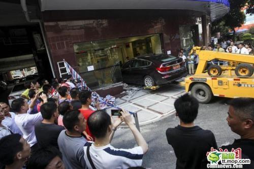 Estrellan un BMW 535i GT en un banco chino