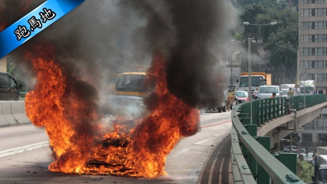 Arde un Ferrari FF en medio de Hong Kong 1