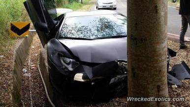 Destroza su Lamborghini Aventador al estrellarlo contra un árbol en Taiwan