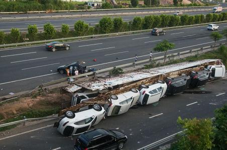 Vuelca en China un camión cargado con coches de alta gama