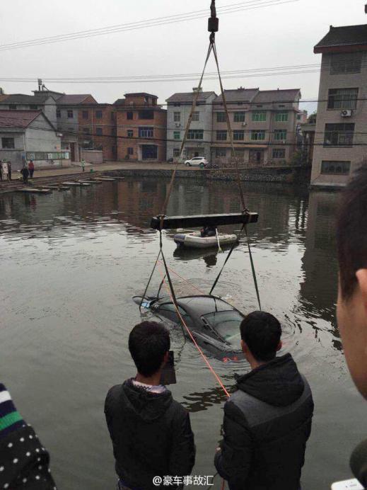 Meten un Ferrari F430 en un río chino