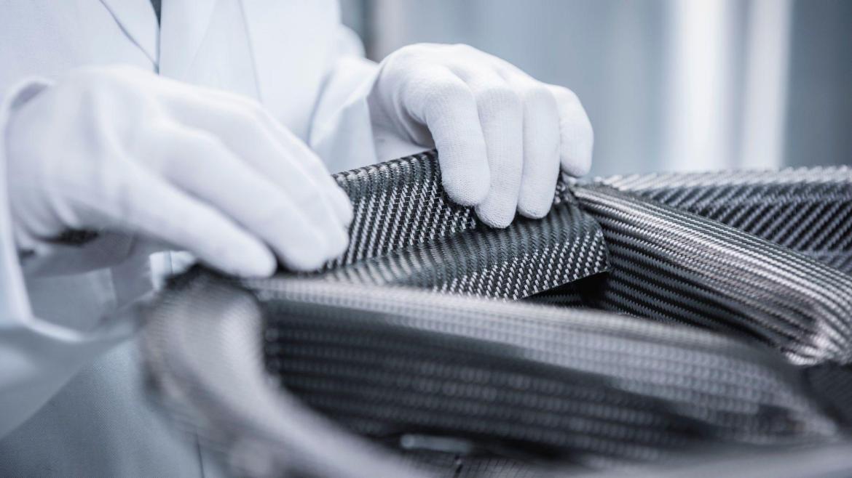 Así es la primera llanta de fibra de carbono trenzada de Porsche: Más ligeras y resistentes, aunque no querrás saber su precio...