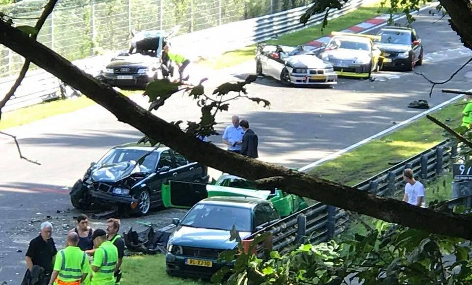 este-accidente-grave-en-nurburgring-ha-tenido-10-coches-con-espanoles-involucrados-10