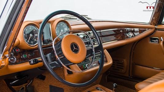 Este Mercedes-Benz W111 es tan sleeper como único: Tiene un motor V8 AMG en su vano
