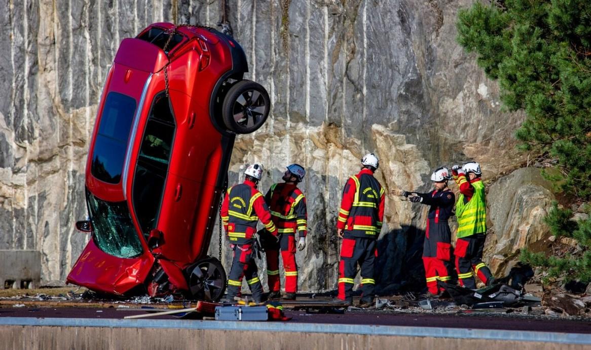 ¿Por qué razón Volvo está lanzando coches nuevos a 30 metros de altura en grúa?