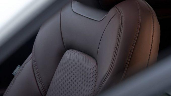 المقعد الجلدي الأسود لسيارة مازدا CX-5 موديل 2022.